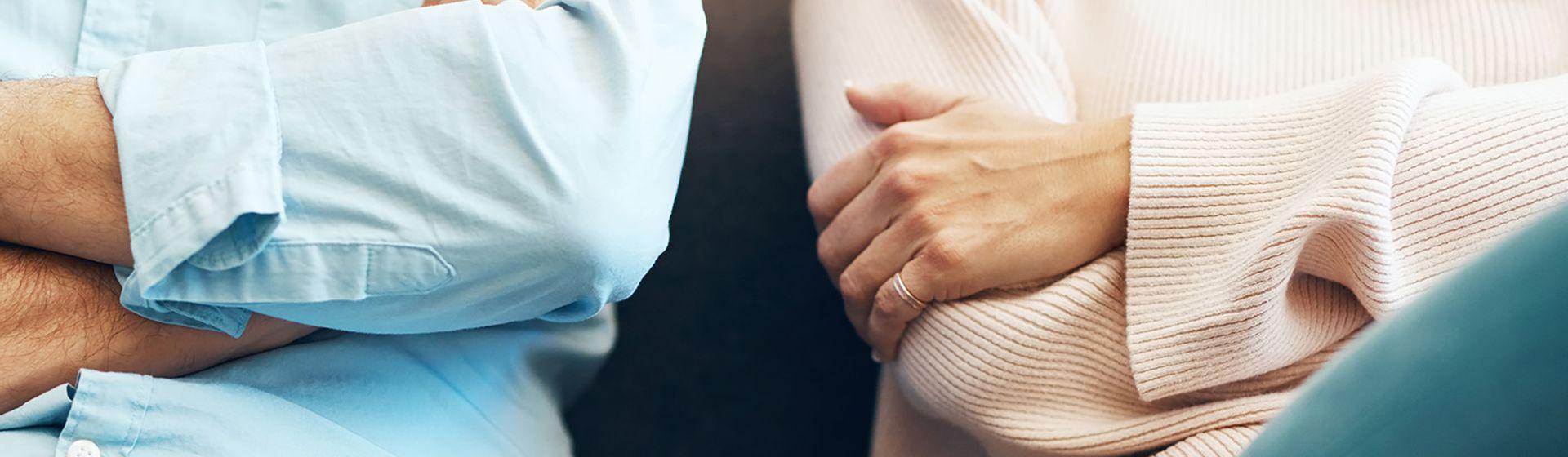 Je gezamenlijke bezittingen verdelen. man en vrouw zitten met hun armen over elkaar heen   Het Notarieel
