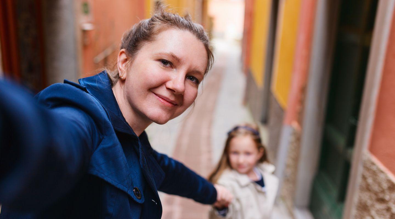 een vrouw met een kind die de erfenis regelt. | Het Notarieel